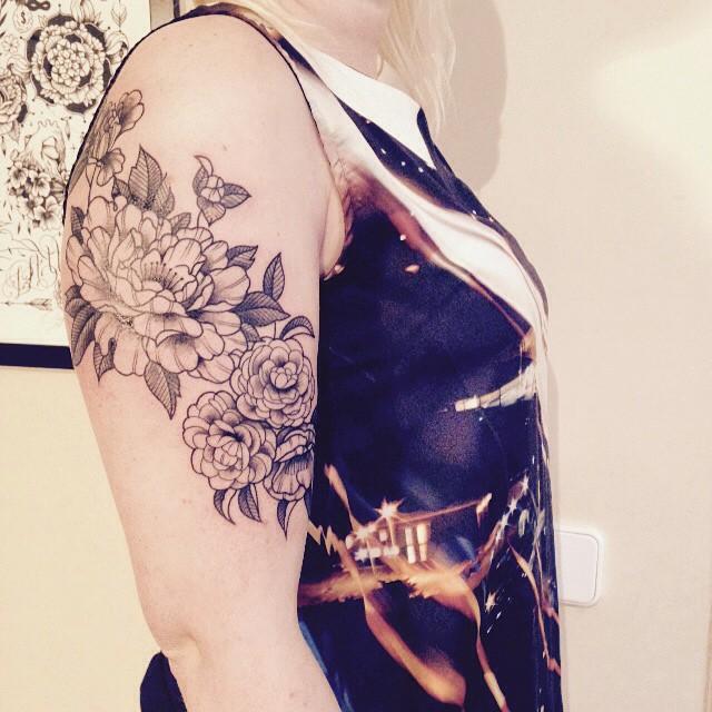 Merci Émilie ! #carolinekarenine #tattoo #ateliermetamorphose #barcelone #fleur