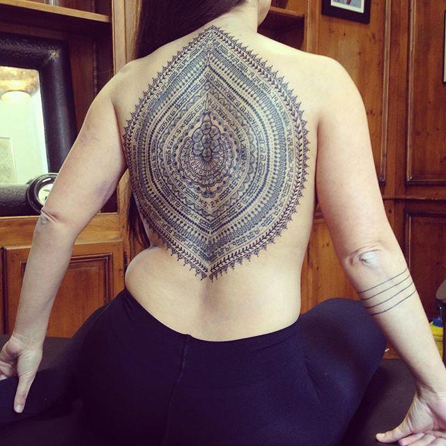 Merci Lucia pour ce tattoo , c'était un vrai chalenge ! Et merci à @realkoralie qui lui a réalisé le dessin  Done at @purple_sun_brussels #carolinekarenine #tattoo #realkoralie #purplesunbrussels