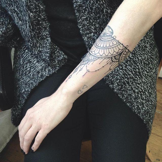 Merci charlotte ce premier tattoo de l'année ! #carolinekarenine #tattoo #purplesunbrussels #bruxelles