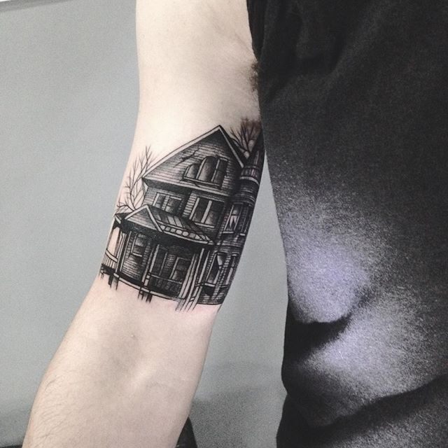 Merci Mathieu pour cette maison hantée ! Done at Luxembourg tattoo convention . #carolinekarenine #tattooconvention #luxembourg