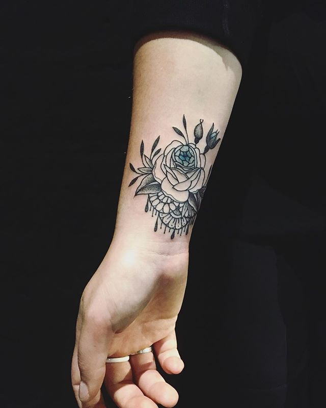 First tattoo , merci Gabrielle !  Shop @doloresparisx  #carolinekarenine #tattoo #doloresparis