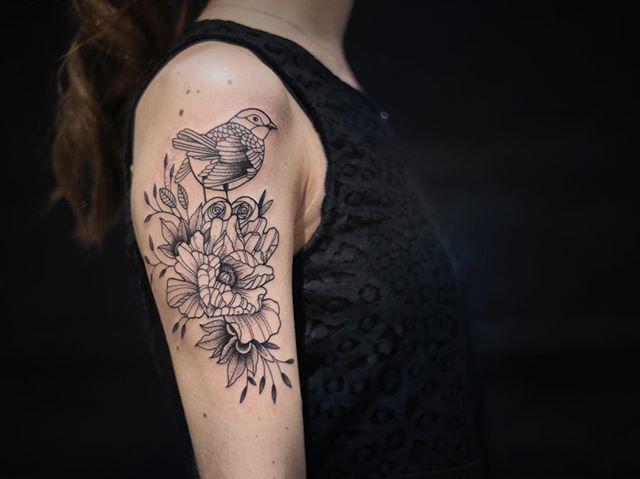 Merci @marie.margo !  Shop @doloresparisx  Pix @segolene_doloresparis  #carolinekarenine #doloresparis #flowers #paris #tattoo
