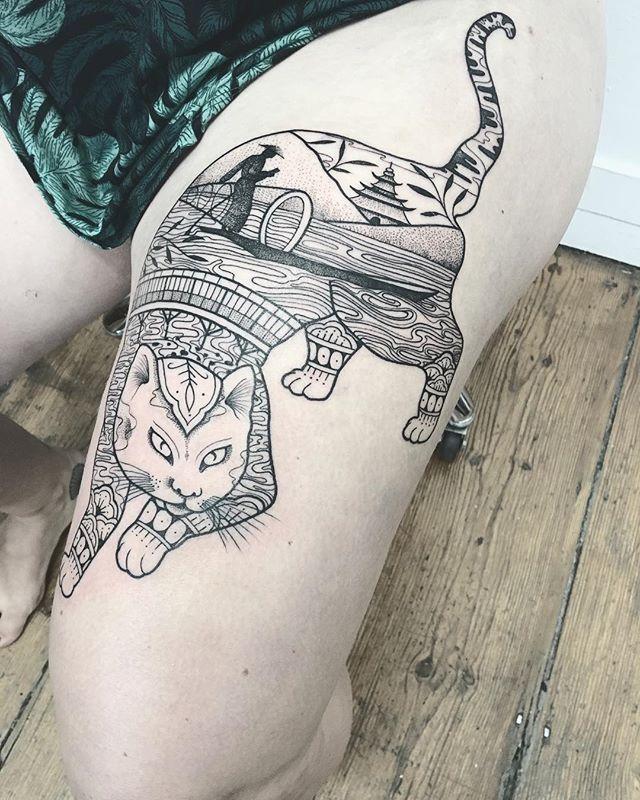 Merci Emeline !  Inspiré des chats de Horitomo et des paysage birmans .  Shop @purple_sun_brussels  #carolinekarenine #tattoo #purplesunbrussels #bruxelles #blacktattoo