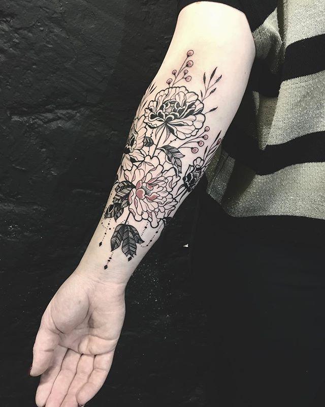 Merci Lucie !  #carolinekarenine #tattoo #paris #flowers #flowertattoo