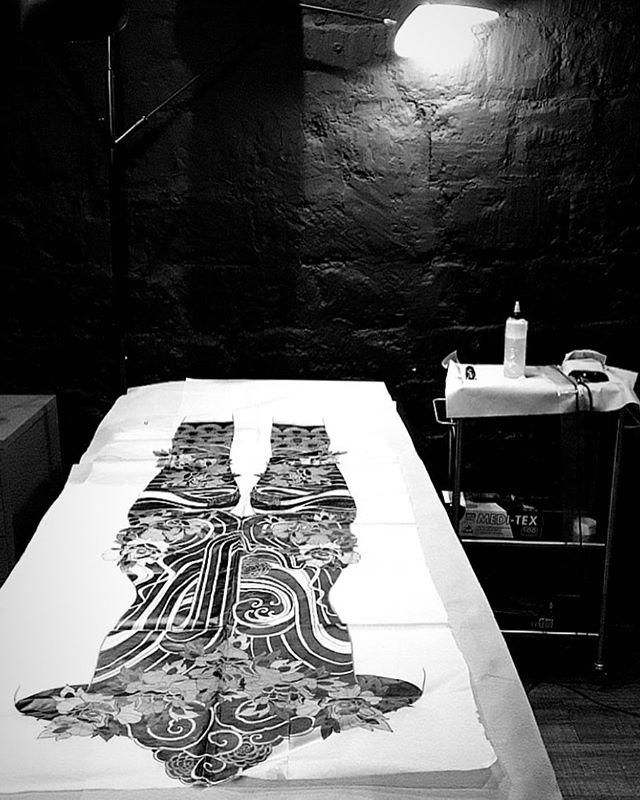 Hier j'ai commencé mon premier bodysuit .  Merci @segolene_doloresparis pour ta confiance  Prochaine photo dans quelques mois !  #carolinekarenine #tattoo #bodysuit #cover #doloresparisx