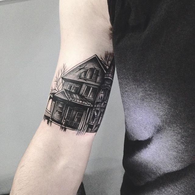 Merci Mathieu pour cette maison hantée ! Done at Luxembourg tattoo convention . #carolinekarenine #tattooconvention #luxembourg