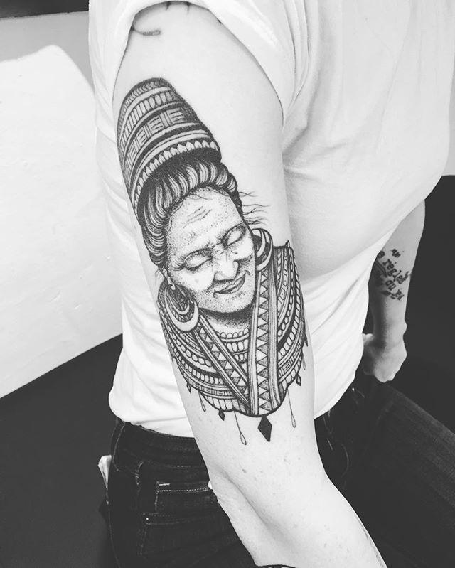 Revoir un ancien tattoo,  c' est toujours un plaisir ! Merci Pascale !  #paris #carolinekarenine #tattoo